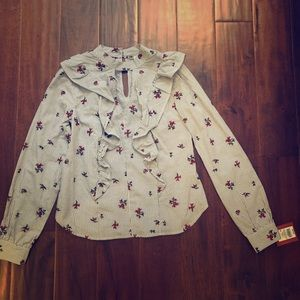 This is a cute blouse, never worn, with the tags!!